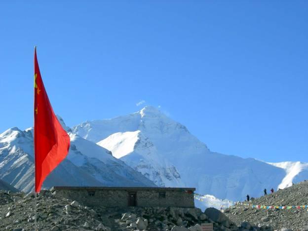 西藏下雨天山上的风景